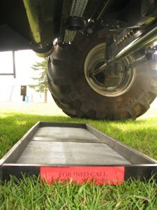Roland Requier's drop pan. Connects to the belly of the combine with a magnet, and drops with the flick of a switch in the cab.