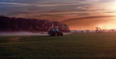 The cloud behind the sprayer is a sign of inversion, and higher drift risk. Source: Tom Wolf